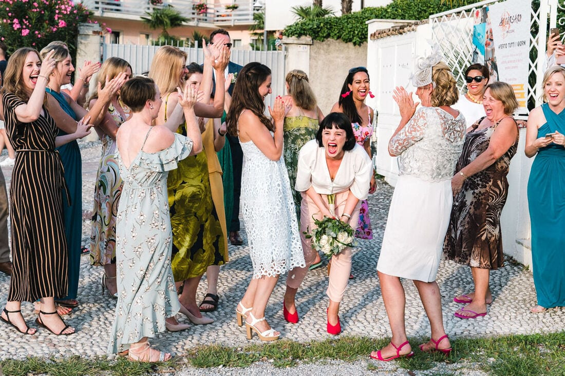 catching the wedding bouquet on the banks of lake garda
