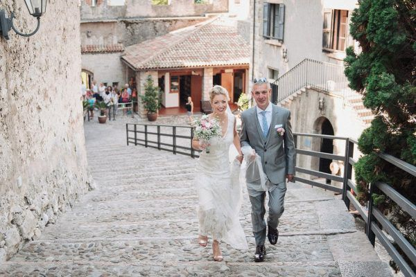 the bride and her father arriving at malcesine castle